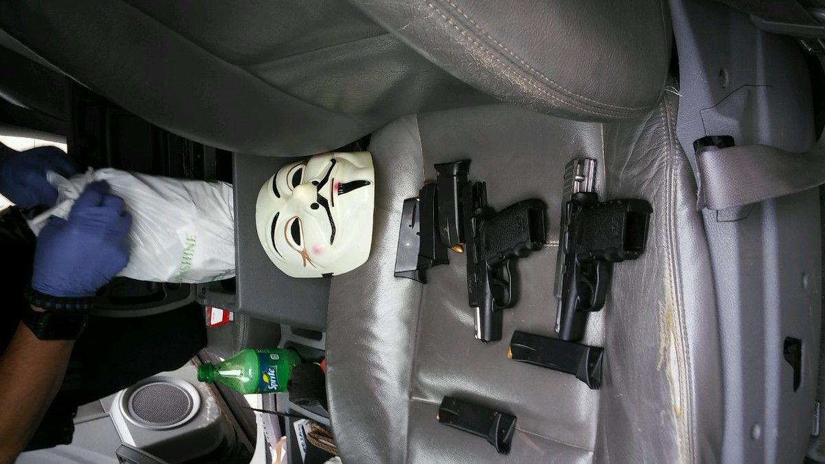 Enmascarado fue arrestado en subestación de policía de Dallas. TWITTER