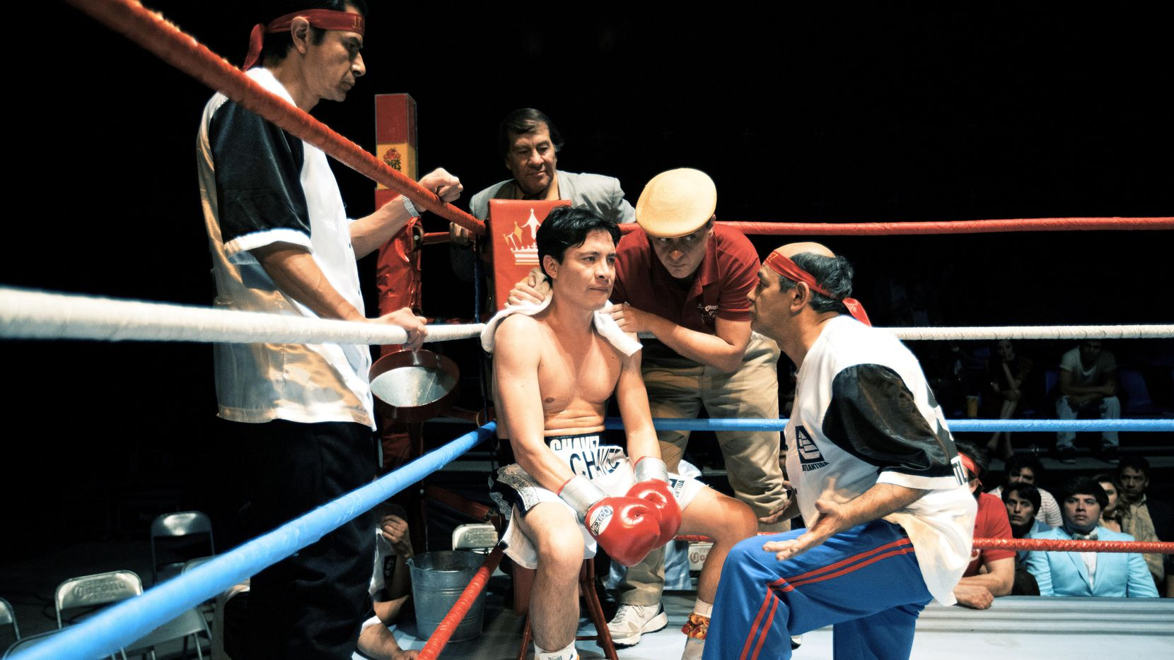 """Armando Hernández Villegas (centro) interpreta al ex boxeador Julio César Chávez en la serie de Telemundo """"El César"""".(TELEMUNDO)"""