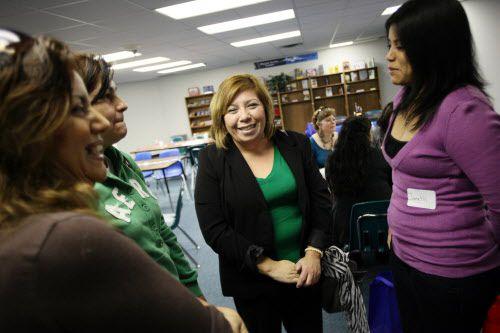 (De izq. a derecha) Luz Maria Ruiz, Carmen Ochoa, Leticia Gómez y Janeth Esquivel celebran la apertura del centro para padres con niños en educación especial del distrito escolar de Dallas. BEN TORRES/ESPECIAL PARA AL DÍA