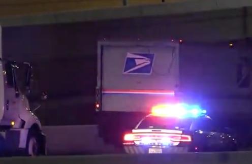 La I-30 fue cerrada luego de una balacera en la que murió el chofer de un camión de correos. DMN