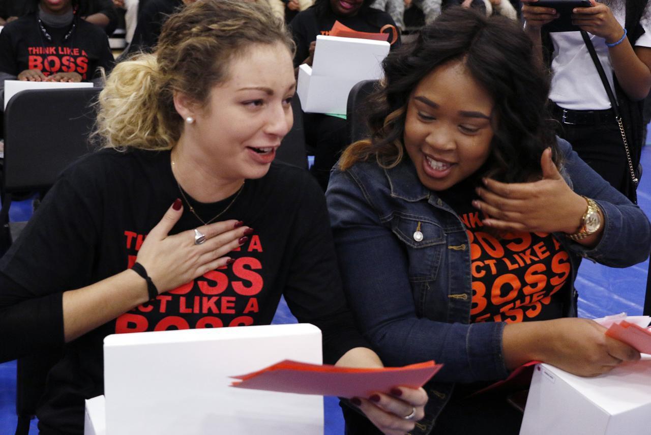 Jamie Feyko (izq.) y Danielle Smith, dos  maestras de la secundaria Billy Earl Dade recibieron tarjetas de regalo de un donante anónimo en la navidad del 2016. DMN