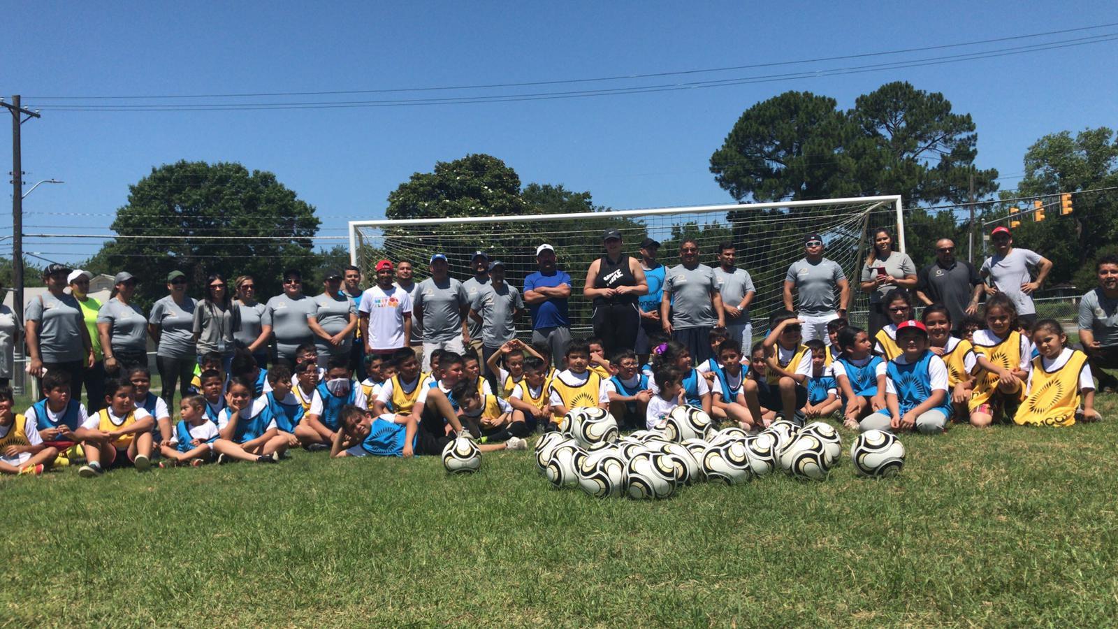 Niños y entrenadores durante el programa NextPlay de Concacaf en el Norte de Texas. Foto cortesía Concacaf