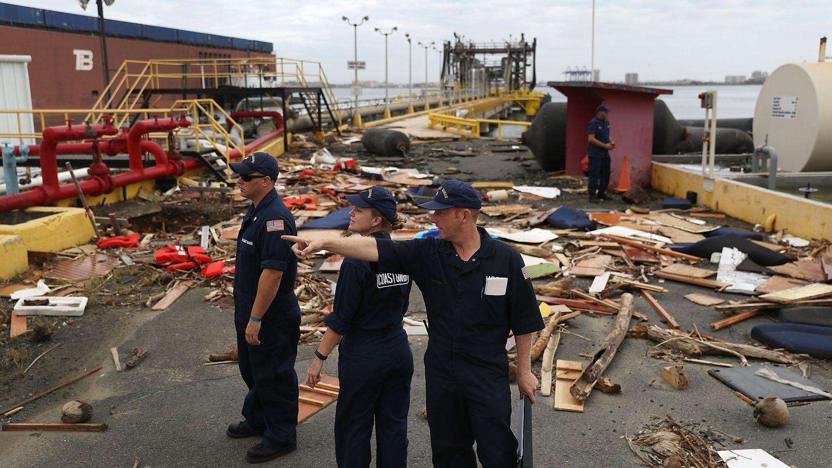 Personal del U.S. Coast Guard examina los daños en San Juan, Puerto Rico tras el Huracán María. Puerto Rico.GETTY IMAGES.