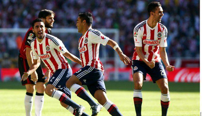 Marco Fabián (centro) anotó tres goles para la victoria de Chivas 4-1 ante el Atlas el domingo en la vuelta de los cuartos de final del Clausura.(AGENCIA REFORMA)