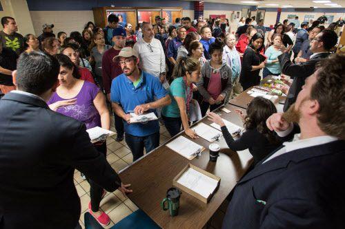 Abogados atienden inmigrantes en foro de inmigración en 2017 en Garland. Foto: María Olivas / Especial para Al Día