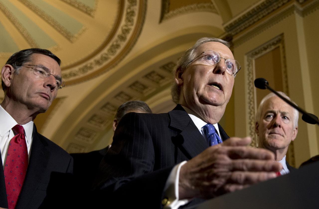 """El líder de la mayoría Mitch McConnell, junto al senador John Cornyn de Texas (der.), tras anunciar que los demócratas bloquearon su medida para retirar fondos a ciudades """"santuario"""". (AP/CAROLYN KASTER)"""