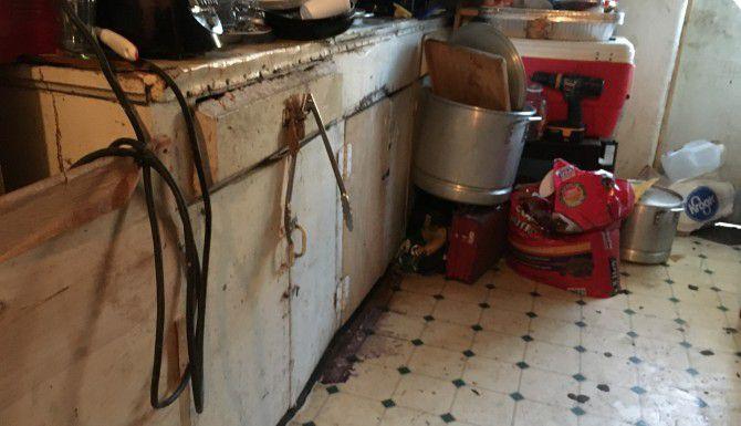 La cocina de una inquilina en la zona de Love Field, donde hay problemas de moho debajo del lavabo. (KARINA RAMÍREZ)