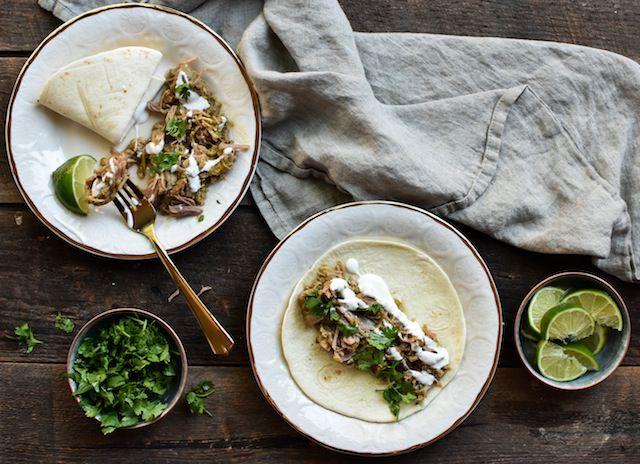 Unas tortillas son el perfecto complemento para este guisado de carne de puerco con chile verde y cerveza.