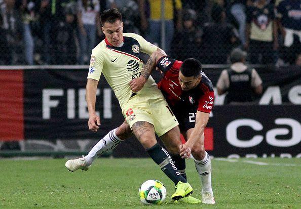 Cristian Insaurralde (izq.) estaría a un paso de dejar el América para pasar a Newells de Argentina.  (Ulises Ruiz / AFP)