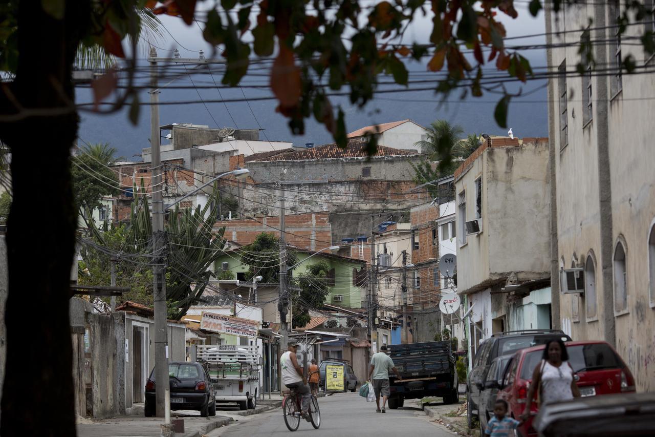 La favela Ciudad de Dios no ha visto las mejoras de infraestructura que llegaron al resto de Rio de Janeiro. (AP/SILVIA IZQUIERDO)