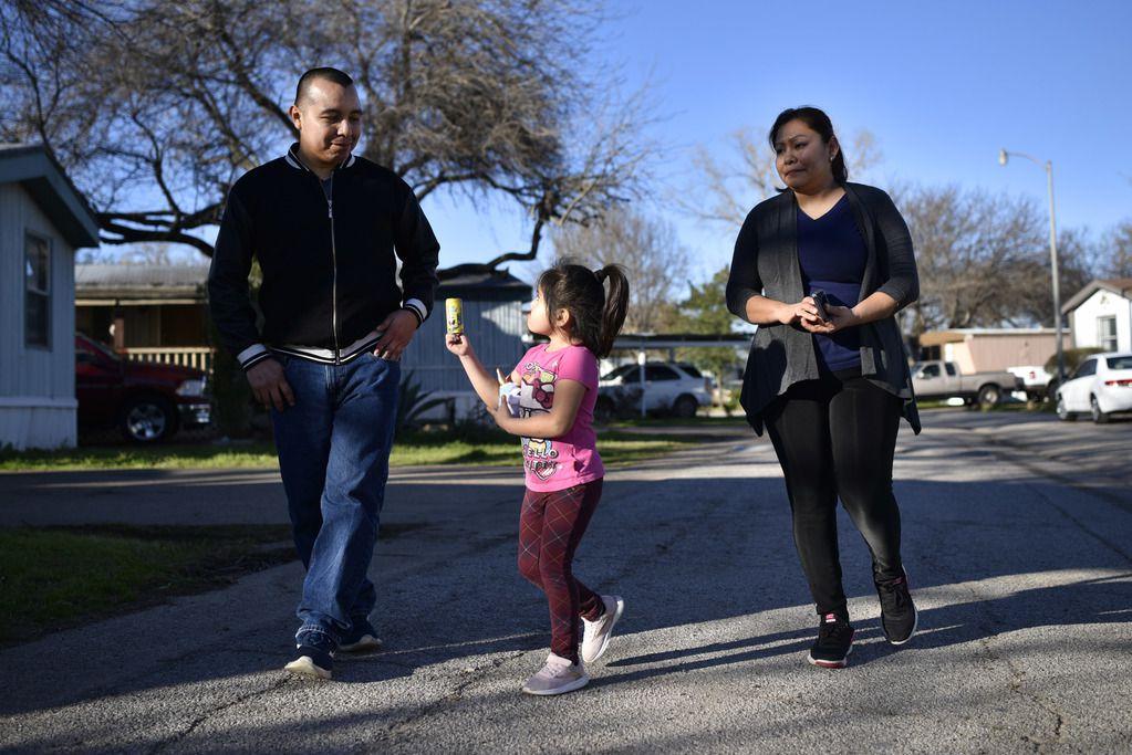 Lorenzo Morales junto a Dafne de 5 años, yAdalyd Martínez (Foto de Ben Torres para Al Día)