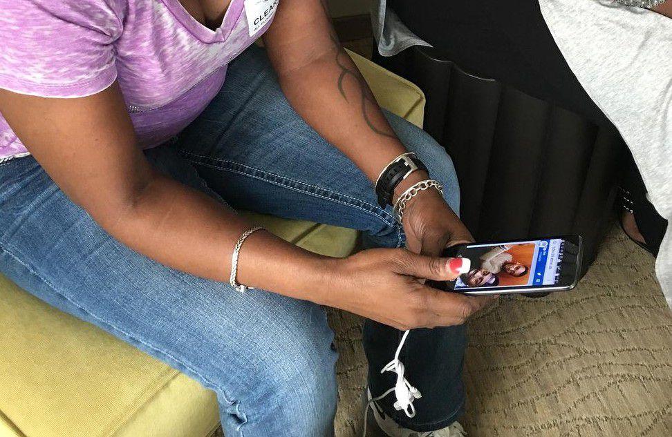 Mina Justice recibió un mensaje de su hijo pidiéndole llamar al 911, pues estaba en el club Pulse en Orlando al momento del ataque que dejó 49 muertos. (AP/TAMARA LUSH)