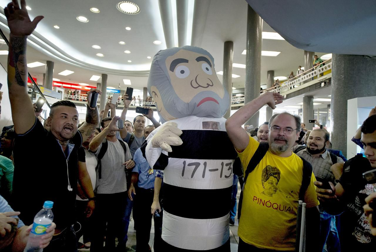 Opositores del expresidente Lula da Silva hacen una demostración en las afueras de la policía federal. Lula fue detenido e interrogado por un caso de corrupción. (AFP/GETTY IMAGES/NELSON ALMEIDA)