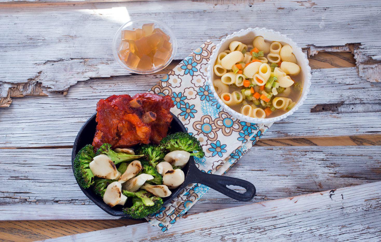 Costillas de cerdo acompañadas de sopa de verduras. AGENCIA REFORMA