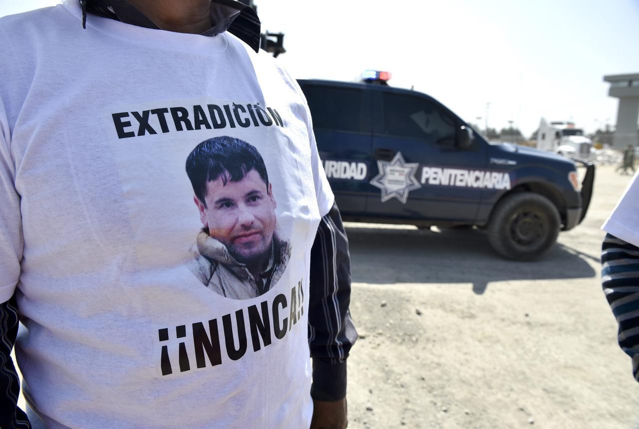 """Un partidario de Joaquín """"El Chapo"""" Guzmán posa con una camiseta en contra de la extradición del narcotraficante. """"El Chapo"""" habría cambiado de opinión al respecto. (AFP/Getty Images/YURI CORTEZ)"""