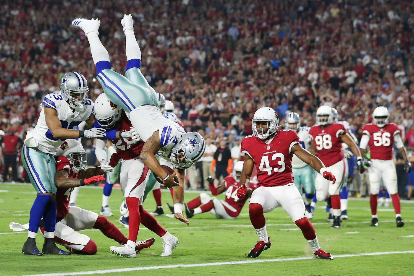 Dak Prescott de los Cowboys de Dallas salta a la zona de anotación en el partido ante Cardinals de Arizona. (Andy Jacobsohn/The Dallas Morning News)