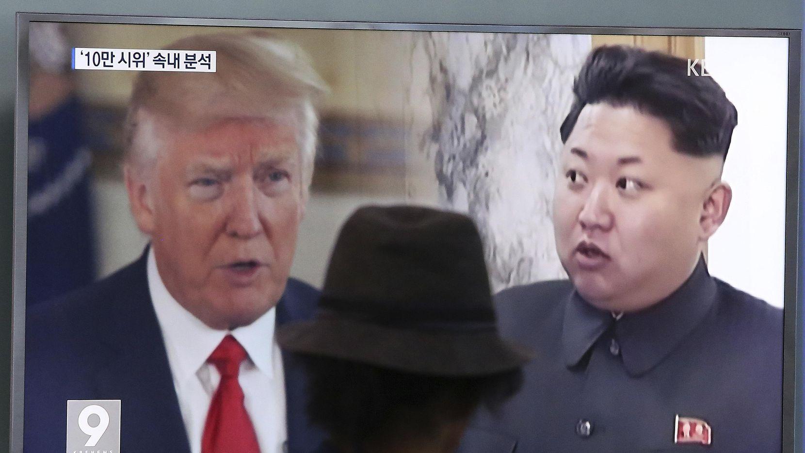 Un hombre ve la pantalla de una televisión que muestra al presidente Donald Trump y al mandatario de Corea del Norte, Kim Jong Un, en una estación de tren en Seúl, Corea del Sur. (AP/AHN YOUNG-JOON)