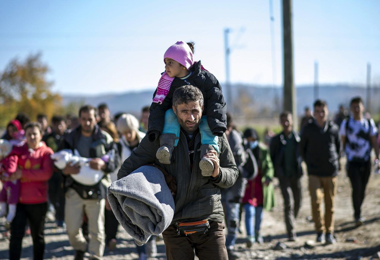 Un grupo de migrantes sirios que el Partido Republicano quiere limitar en Estados Unidos. (AFP/GETTY IMAGES/ROBERT ATANASOVSKI)
