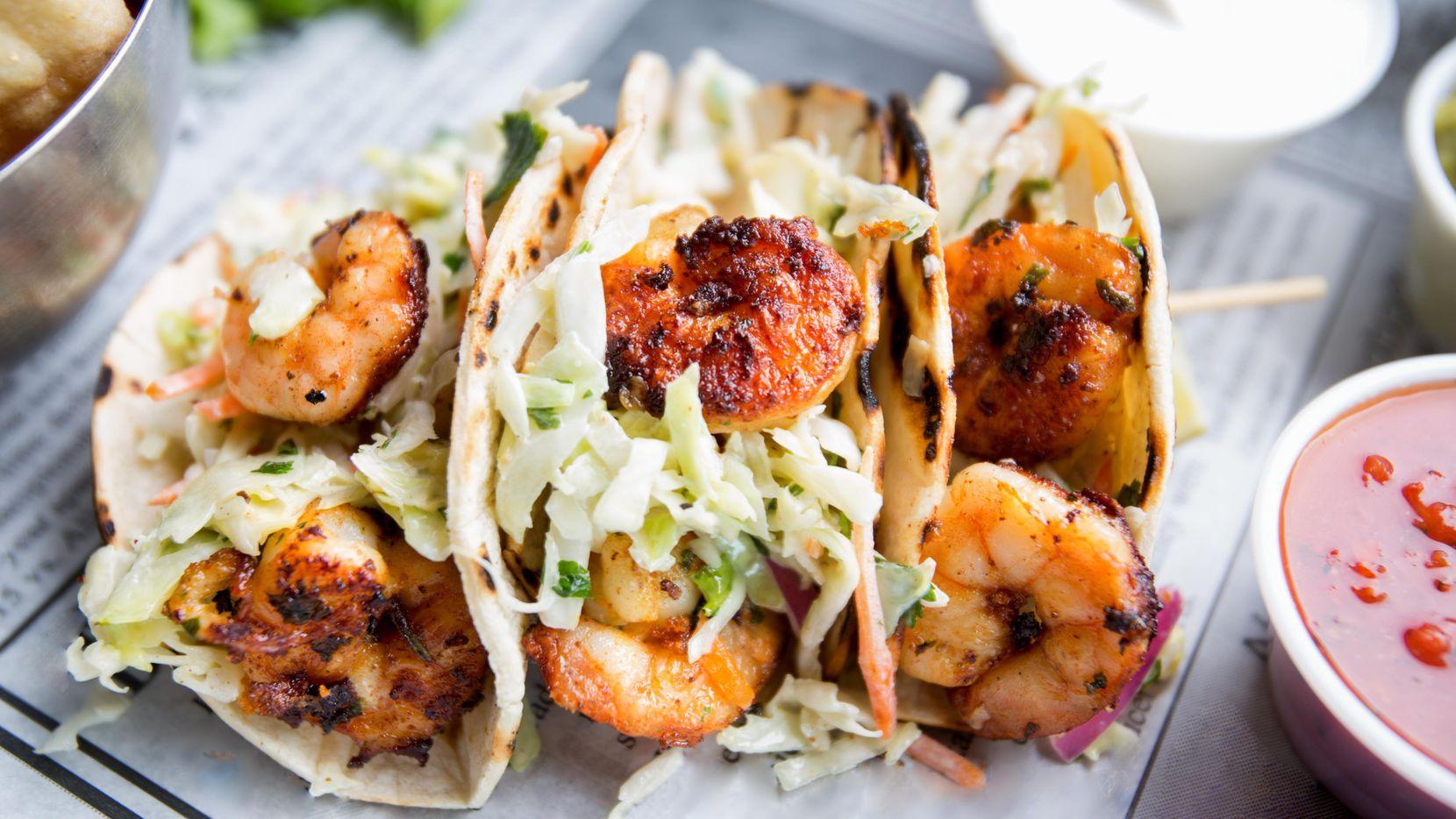 Tacos de camarón con ensalada de repollo.(GETTY IMAGES)