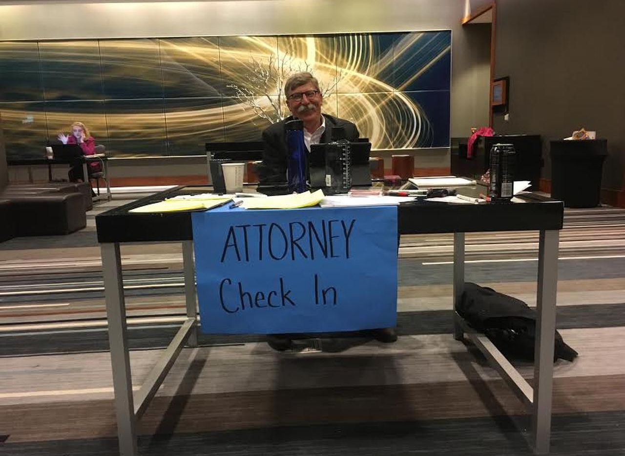 Bill Holston, director de Human Rights Initative del Nrote de Texas, instaló una mesa para recibir a la gente que necesitar ayuda de un abogado (DMN/SARAH MERVOSH)