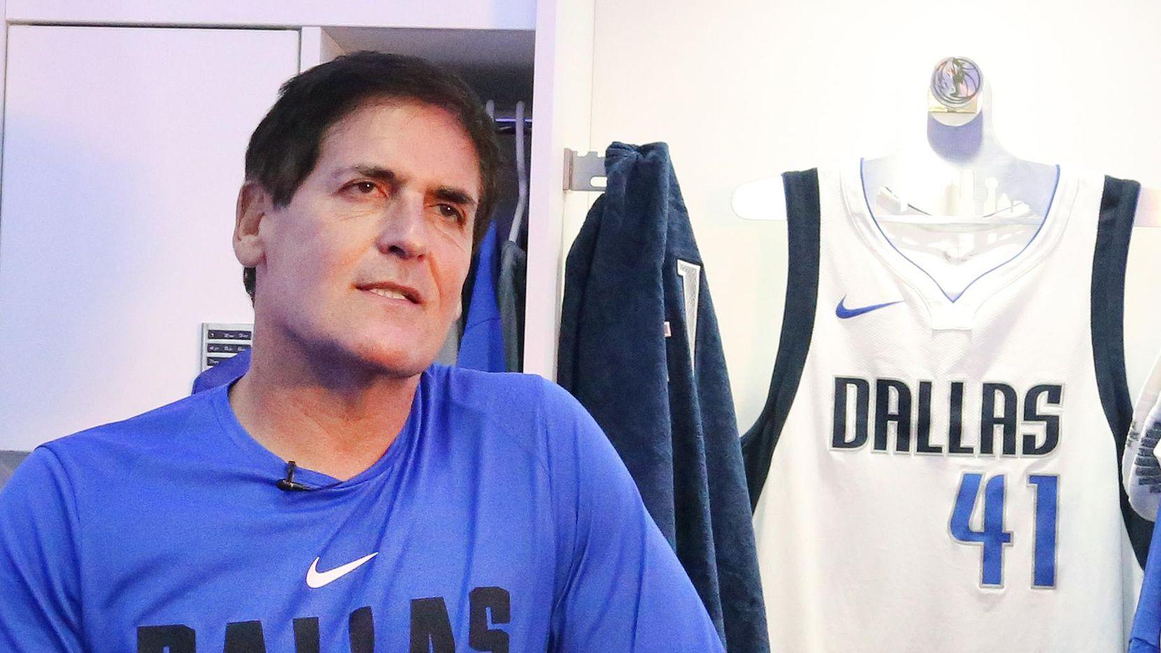 """Mark Cuban dueño de los Mavericks de Dallas dijo a ciertos jugadores: """"no estábamos compitiendo por los playoffs"""". (DMN/LOUIS DeLUCA)"""