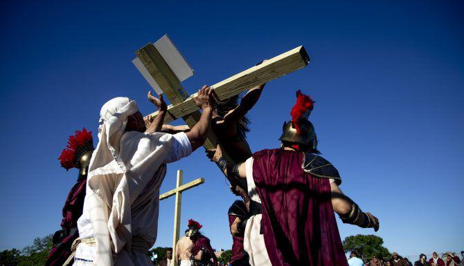 La cruz de madera con Fernando León (escenificando a Jesucristo) es alzada durante el viacrucis viviente en la iglesia de St. Phillip the Apostle, en Dallas. (Shaban Athuman/DMN)