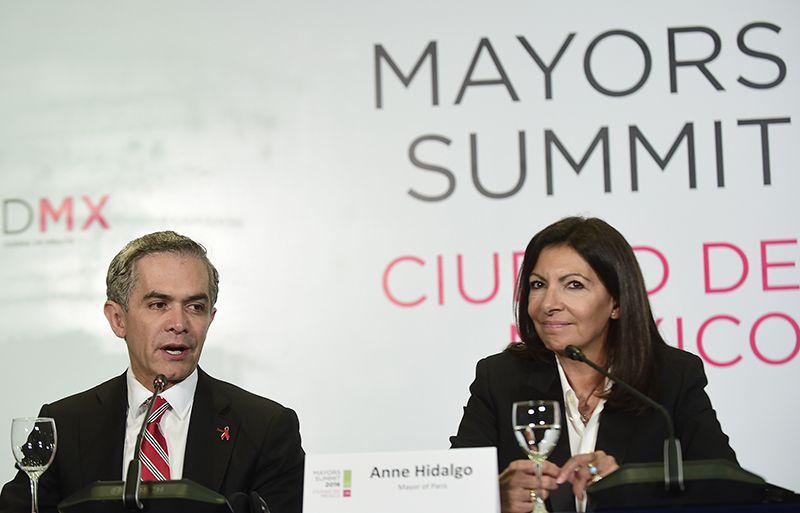 El alcalde de México, Miguel Ángel Mancera y la alcaldesa de París, Anne Hidalgo, durante la Cumbre Mundial de Alcaldes del C40 el 2 de diciembre 2016 en México. (AP)