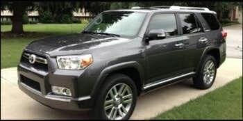 La policía busca a un Toyota 4Runner 2010 a 2013, de golor gris-negro. (Policía de Carrollton)