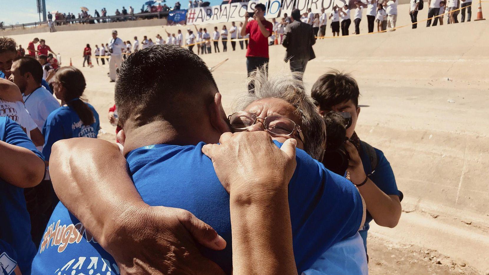 Érik Jiménez no había vista a su madre Ana María en 17 años. Se reunieron durante el fin de semana del Día de la Madre en un punto seco del Río Grande, en El Paso.  ALFREDO CORCHADO/DMN