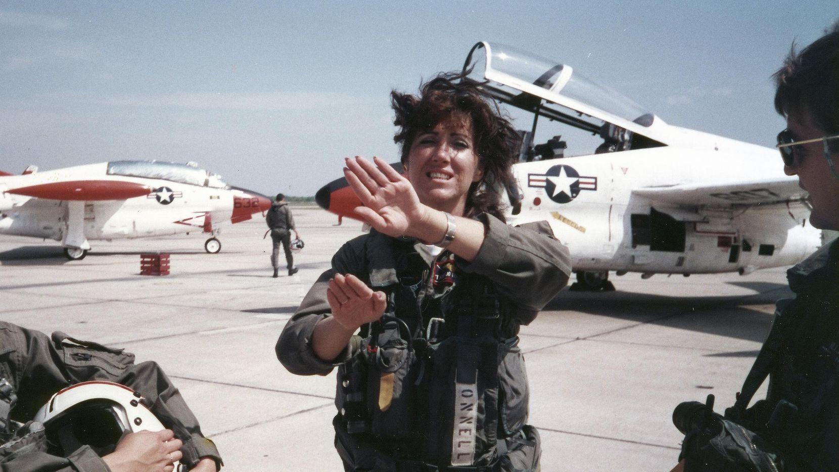 Foto de archivo de 1988 de la piloto Tammie Jo Shults, cuando era parte de las fuerzas armadas.(AP)