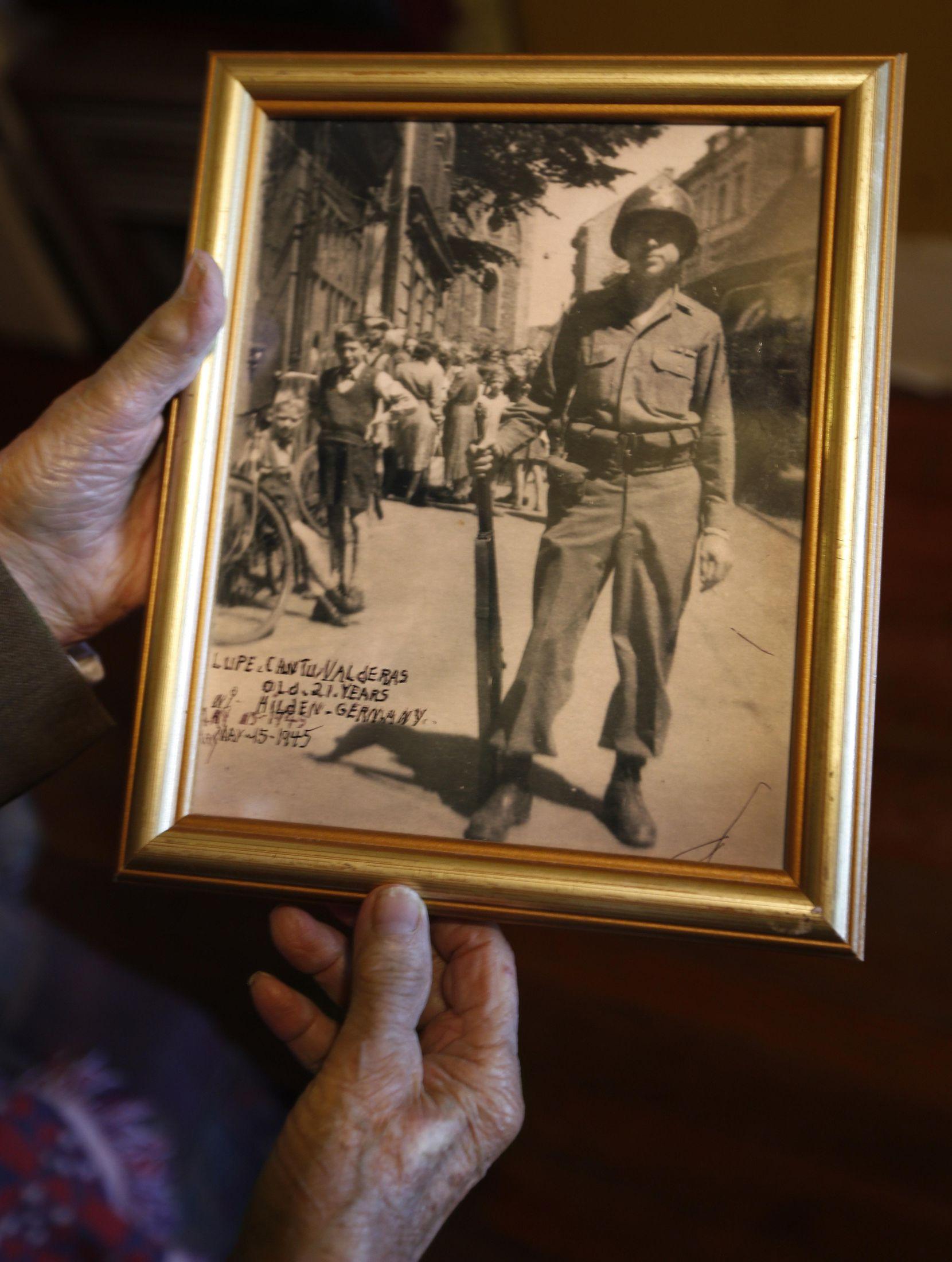 Lupe Valderas con una fotografía de cuando era soldado en la Segunda Guerra Mundial.