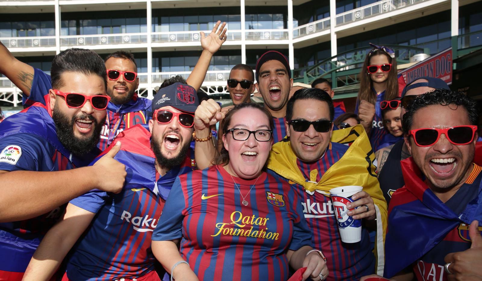 Aficionados al Barcelona se reunieron el martes en el parque de pelota de los Texas Rangers, horas antes del partido contra la Roma en el AT&T Stadium.(OMAR VEGA/ESPECIAL PARA AL DÍA)