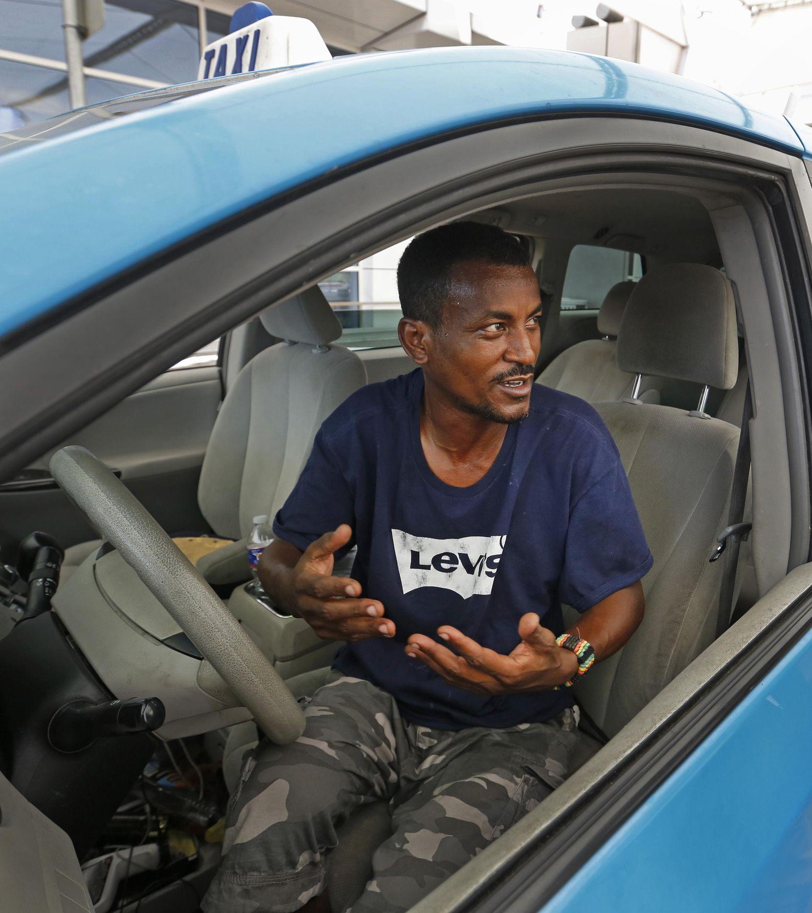 Ahmed Indris, de Dallas, tiene que esperar hasta seis horas por su primer cliente. ASHLEY LANDIS/DMN