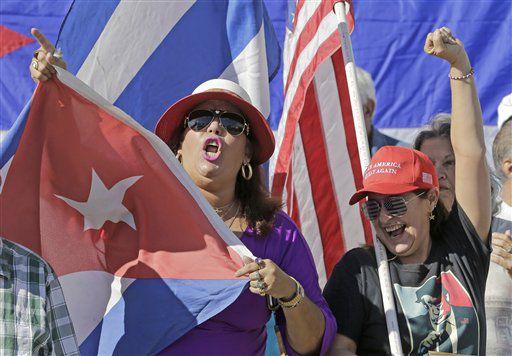 Las cubano-estadounidenses Dulce Martínez, a la izquierda,y Alida Rivero cantan lemas a favor de Donald Trump el viernes 20 de enero de 2017 en el área de Pequeña Habana, en Miami. (AP Foto/Alan Díaz)