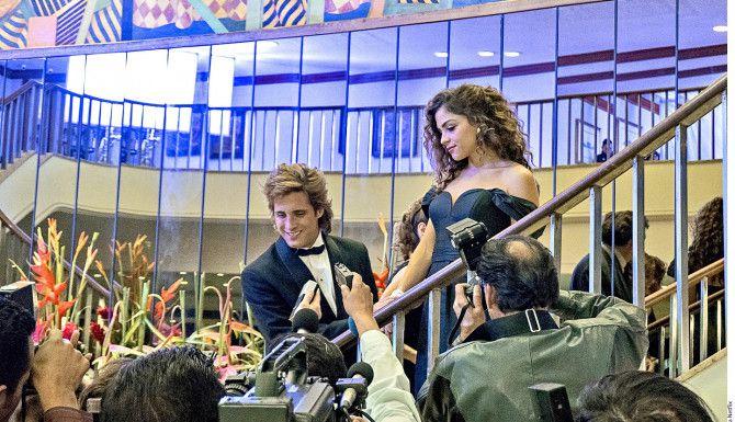 Paulina Dávila (der.) aparece en Luis Miguel, La Serie, como la fotógrafa Mariana Yazbek.