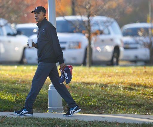 Obama carga un par de tenis en Fort McNair in Washington, Foto AP