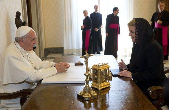 Se reunido con el Papa. Ella es católica.