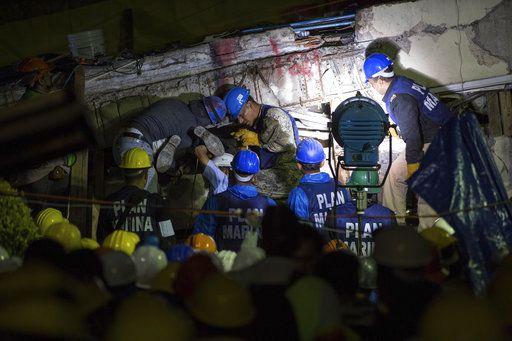 Miembros de equipos de rescate trabajan para quitar un gran pedazo de concreto durante los escuerzos de ayuda en la escuela Enrique Rebsamen, de la Ciudad de México, donde se haya atrapada una niña entre los escombros. Foto AP