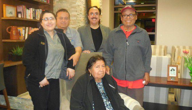 Martha y Reymundo Castillo (izquierda), y Gloria y Filemon Giles (derecha), con Juan Prieto, coordinador del grupo de apoyo para sobrevivientes de cáncer y sus familiares. (AL DÍA/KARINA RAMÍREZ)