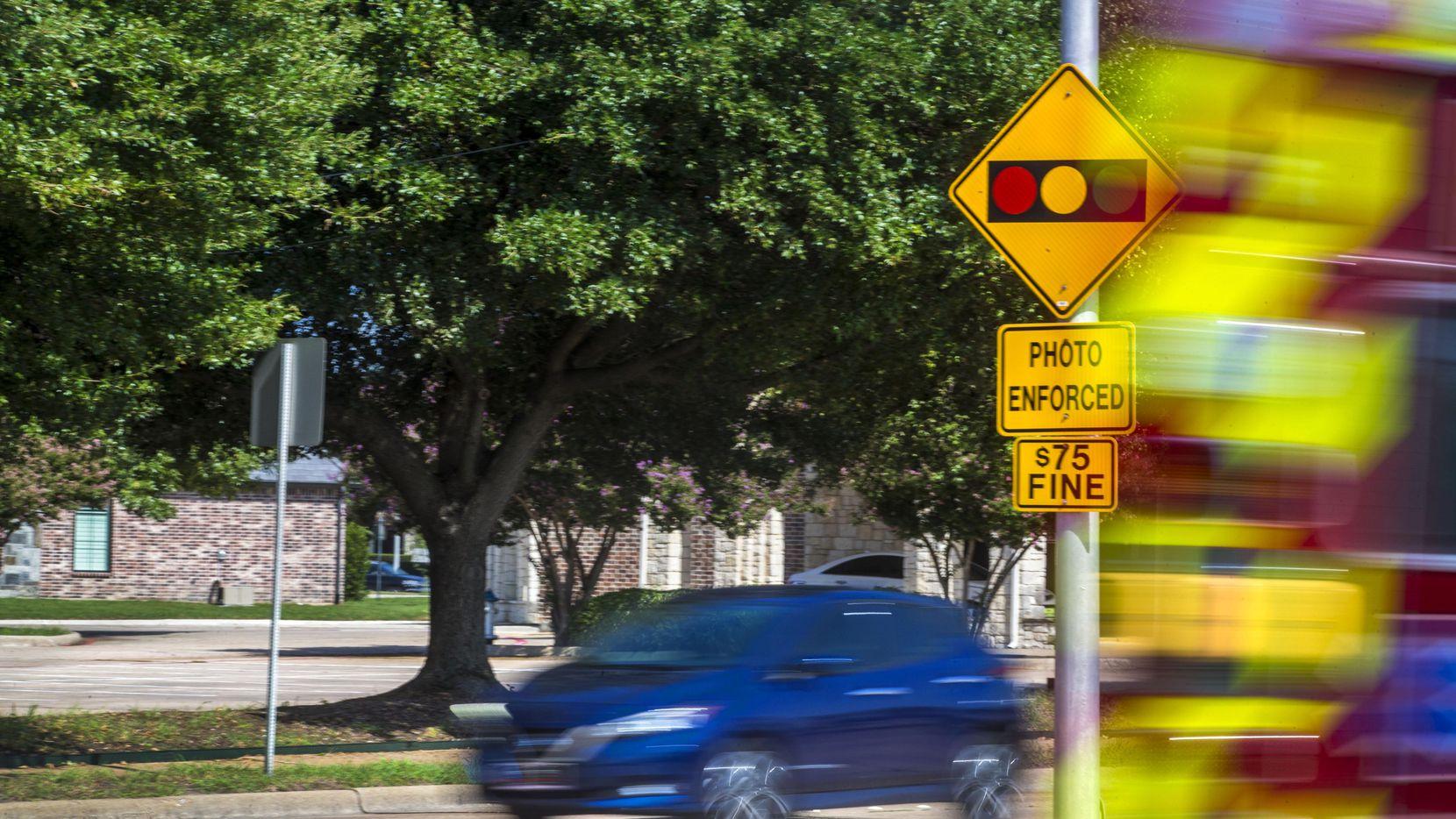 Un auto se acerca a la intersección de dos calles con semáforo vigilado por una cámara.(DMN)