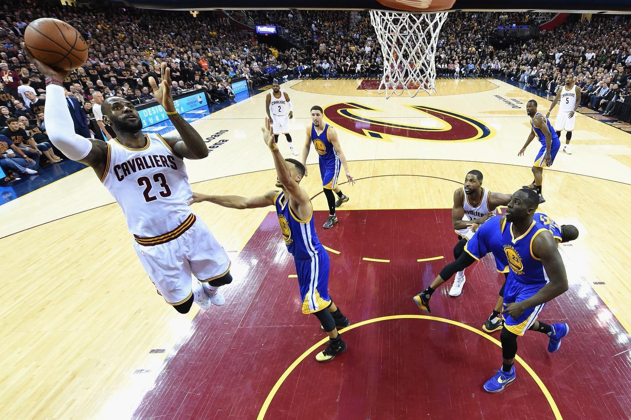 LeBron James anotó 41 puntos el jueves para los Cavaliers en el Juego 6 de las Finales de la NBA.(GETTY IMAGES)