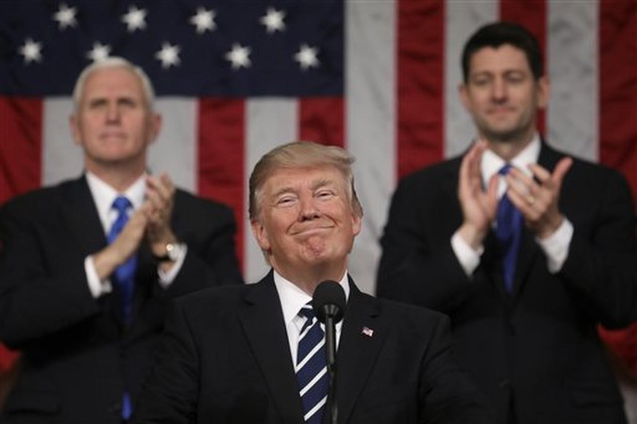 El presidente Donald Trump durante una sesión bicameral del Congreso en el Capitolio, en Washington, el martes 28 de febrero del 2017, mientras el vicepresidente Mike Pence, izquierda, y el presidente de la cámabra baja Paul Ryan, republicano de Wisconsin, lo aplauden. (AP/JIM LO SCALZO)