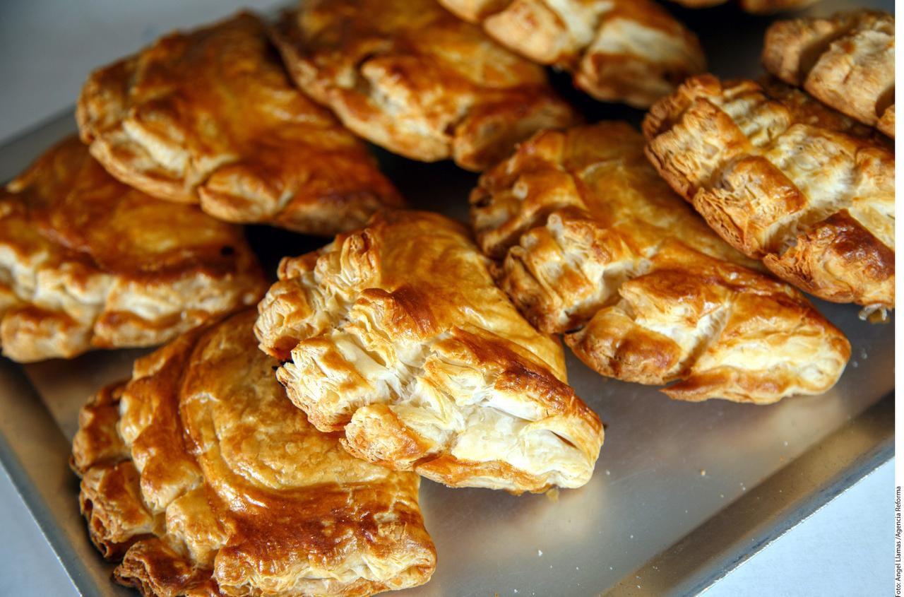 La Panadería La Central se volvió famosa por las semas y galletas de nata y, por supuesto, las empanadas de Semana Santa, sobresalientes por su relleno con mermeladas de fruta natural elaboradas en cazo de cobre. (AGENCIA REFORMA/ÁNGEL LLAMAS)