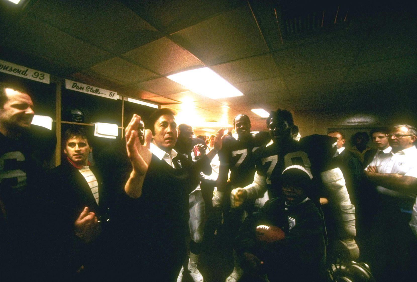 Tom Flores luego de ganar el Super Bowl con los Raiders de Los Ángeles en 1984. Foto Getty Images