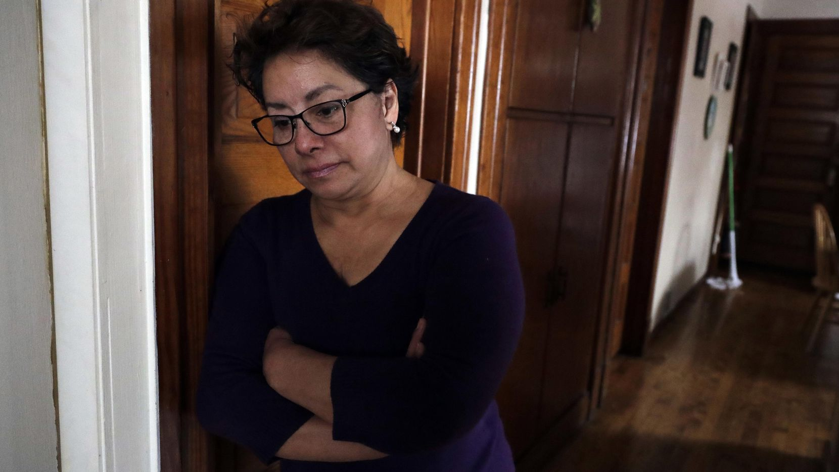 Isabel Escobar, quien es guatemalteca, ha limpiado casas por años y afirma haber sufrido acoso sexual en su trabajo, algo poco reportado debido a que las mujeres temen perder su empleo o ser deportadas. (AP/NAM Y. HUH)