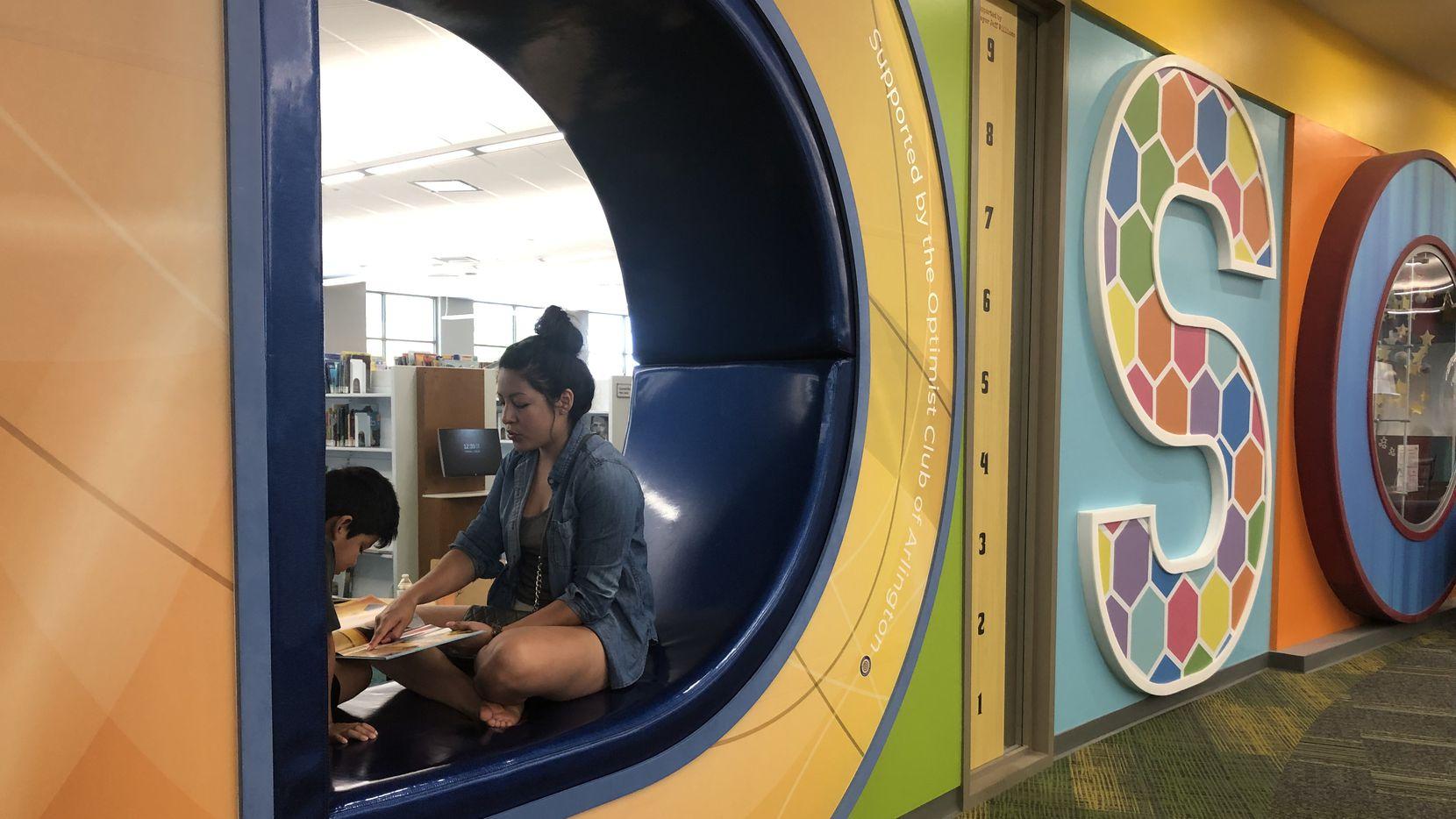 La biblioteca pública George W. Hawkes de Arlington consta de tres niveles y 80,000 pies cuadrados.