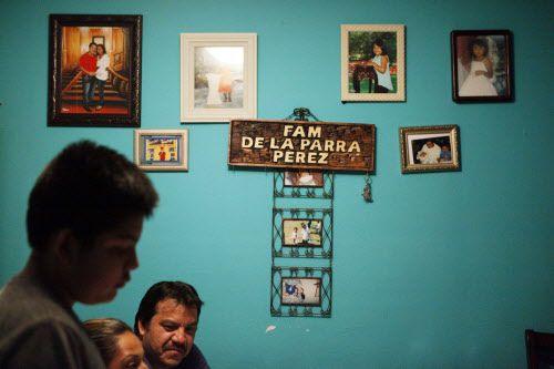 Fotos familiares e imágenes religiosas decoran el apartamento de dos habitaciones de la familia De la Parra en el norte de Dallas. Dicen que han rezado mucho mientras esperan una decisión de la Corte Suprema sobre el programa de acción diferida para padres, conocido como DAPA.