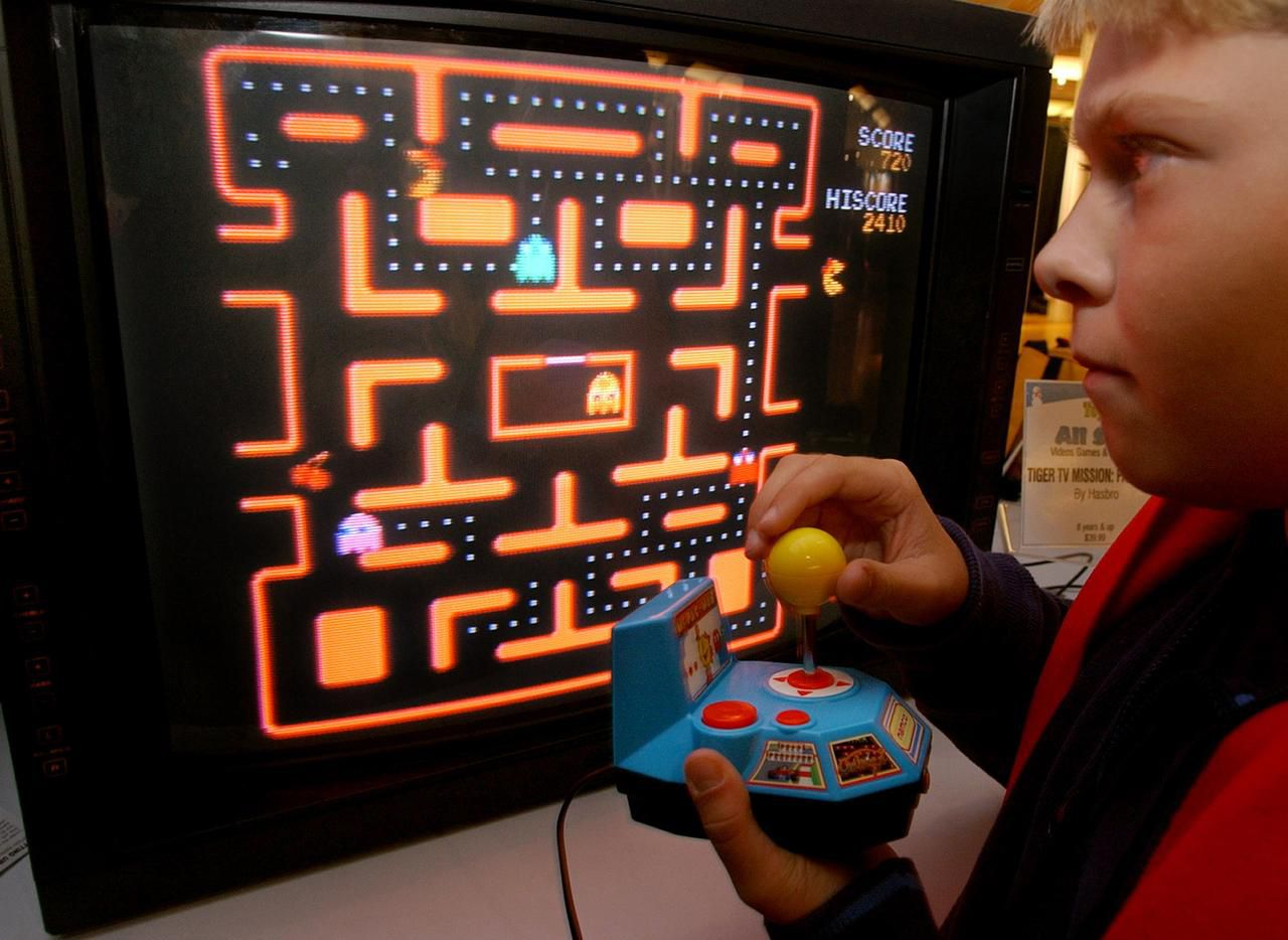 Un adolescente juega ern una versión de Pac-Man, el popular videojuego japonés.(AP)