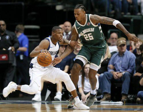 Dennis Smith Jr y los Dallas Mavs vencieron a los Bucks el lunes en Dallas. Foto AP