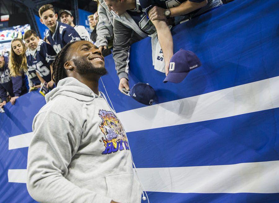 Jaylon Smith de los Cowboys completó su carrera en Notre Dame y obtuvo su título hace dos semanas. Foto DMN